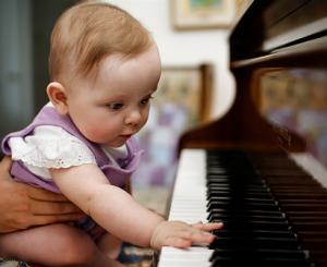 bebé y piano